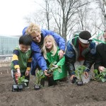 Parks Commissioner Adrian Benepe planting vegetables with Warrie Price of the Battery Park Conservancy.