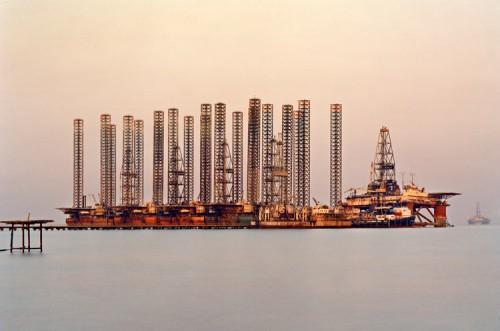 Edward Burtynsky, SOCAR Oil Fields #6, Baku, Azerbaijan, 2006. (Edward Burtynsky)