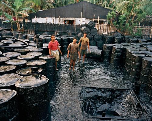 Edward Burtynsky, Recycling #2, Chittagong, Bangladesh, 2001. (Edward Burtynsky)