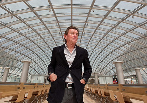 Helmut Jahn in the Mansueto Library at the University of Chicago. (Courtesy University of Chicago)