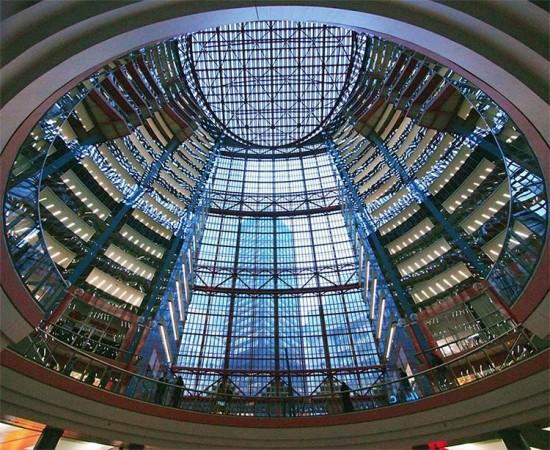 Inside the rotunda of Chicago's Thompson Center. (John Picken / Flickr)