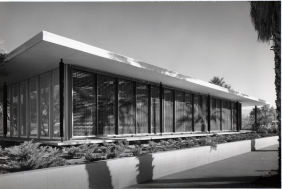 Exterior of E. Stewart Williams' Santa Fe Savings and Loan, future home of the Palm Springs Architecture and Design Center (Julius Shulman)