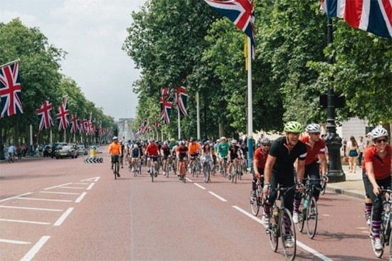 P2P riders and welcoming group ride up The Mall. (Richard Hanmer)