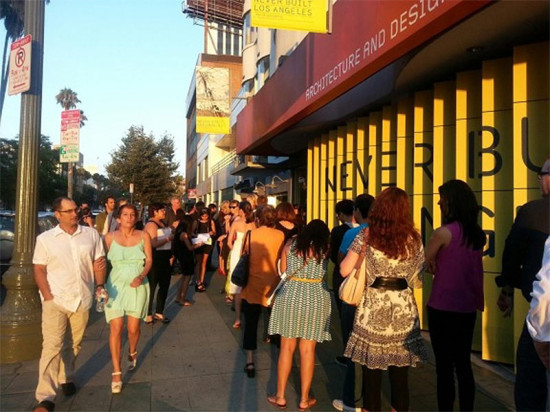 A line forms at the Never Built: Los Angeles opening. (Courtesy Guy Horton / KCRW)