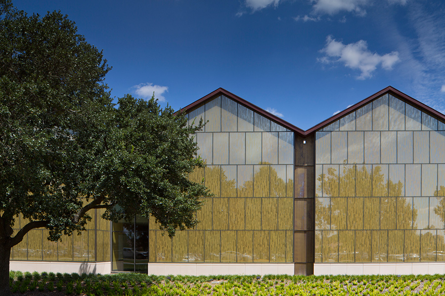 A curtain wall system eliminates mullions but supports faint, flush joints. (Brad Feinknopf/Feinknopf)