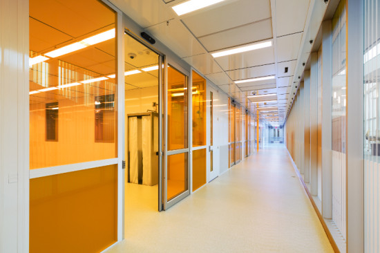 AMBER GLASS PROTECTS THE CLEANROOM FROM ULTRAVIOLET RADIATION (ALBERT VECERKA/ESTO)