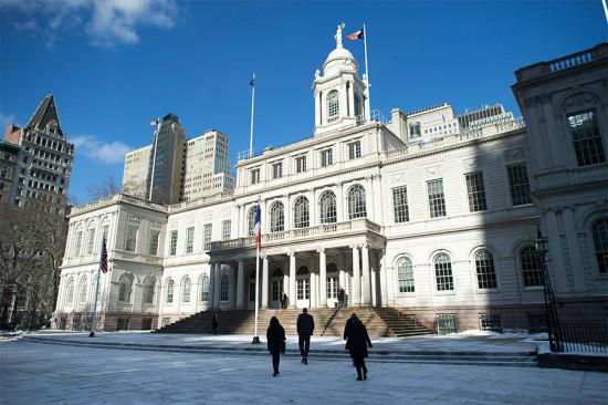 Mayor Bill de Blasio rwalks toward New York City Hall. (Rob Bennett / Office of Mayor Bill de Blasio)