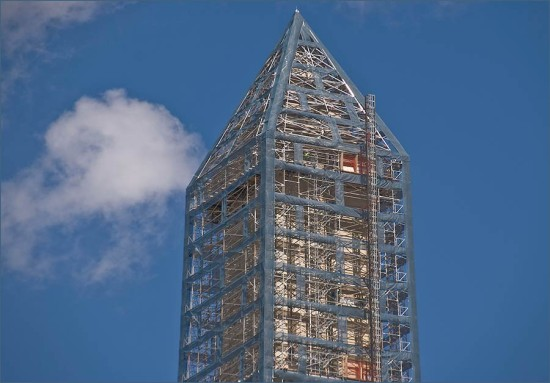 Close-up view of the top of the Washington Monument under scaffolding. (Ron Cogswell / Flickr)