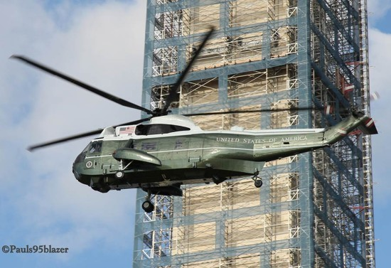 The Presidential Helicopter flies in front of a scaffolded Washington Monument. (pauls95blazer / Flickr)