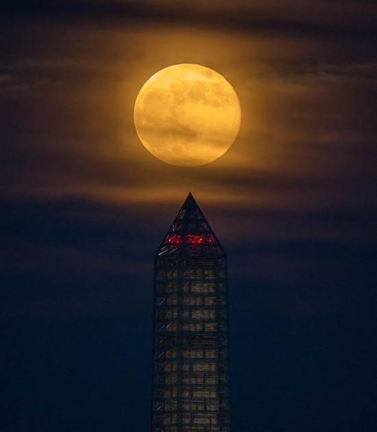 A supermoon over the Washington Monument in June 2013. (NASA HQ PHOTO / Flirckr)