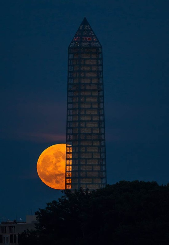 A supermoon rises behind the Washington Monument in 2013. (NASA HQ PHOTO / Flickr)