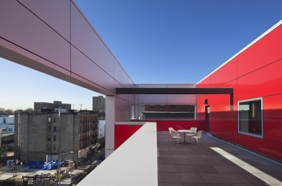 Communal terraces are highlighted in red. (Courtesy Alexander Gorlin Architects)