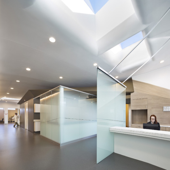 The interior emphasizes blurred edges and soft natural light. (Michael Moran/OTTO)