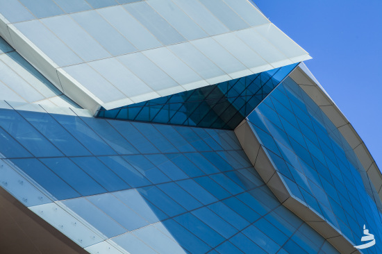 The museum's high-performance envelope features Tyndall limestone and dynamic glass forms. (Aaron Cohen/CMHR-MCDP)