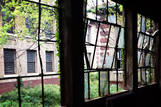 Ellis Island's South Side Hospital Complex. (Henry Melcher / AN)