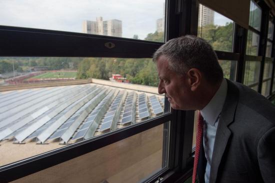 Mayor de Blasio looking at solar panels in the Bronx. (Twitter/billdeblasio)