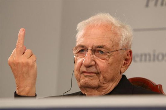 Frank Gehry flips the bird in Spain. (Inés Martín Rodrigo / Twitter)