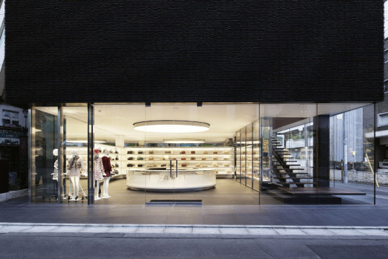 The ground floor is a transparent glass box. (Nacasa & Partners)
