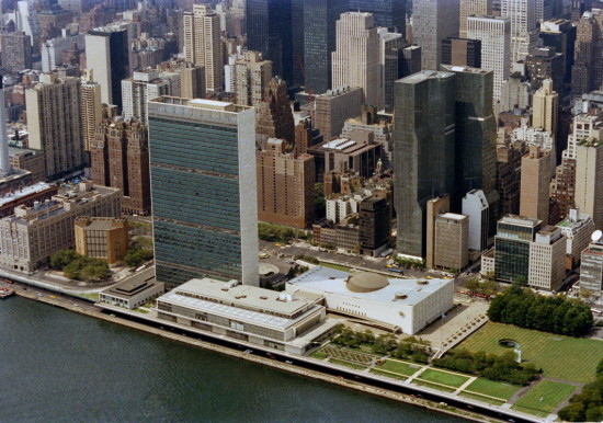The United Nations Headquarters site in Manhattan (seen here in 1985) covers approximately sixteen acres from 42nd to 48th Streets between First Avenue and the East River. Among the buildings on the premises are the marble-framed 39-storey Secretariat (to the left); the General Assembly building topped with a shallow dome; the Dag Hammarskjöld Library (to the left of the Secretariat); and the building housing the Council Chambers and Conference Rooms which lies on the river's edge. (UN Photo/Yutaka Nagata.)