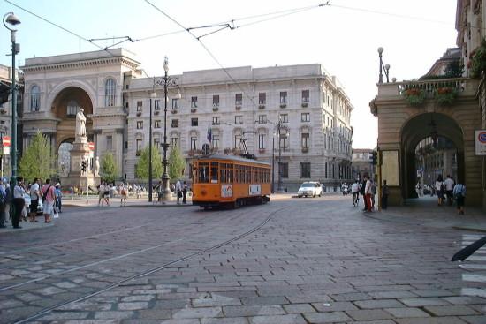 Milan_tram_at_Scala_theatre_(232522732)