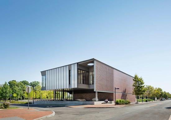 Building 7R's brick screen and translucent glazing panels (image courtesy Michael Moran/OTTO)