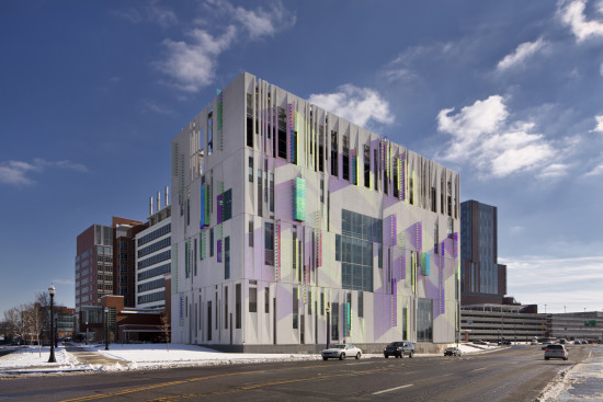 The facade of the infrastructural building plays with light shadow and color. Feinknopf Photo