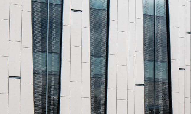 Fritted bird-friendly glass, northwest facade (©Richard Barnes)