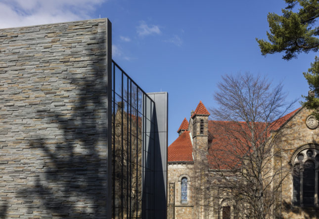 Bridge for Laboratory Sciences and historic campus fabric (©Richard Barnes)
