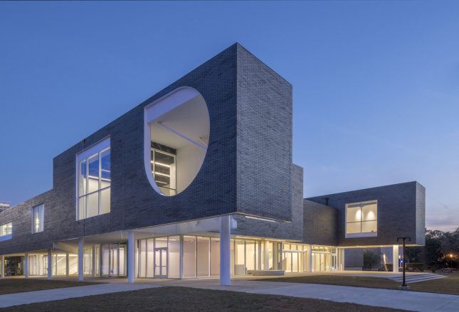 (The Moody Center for the Arts at Rice University, designed by Michael Maltzan Architecture. Northwest corner, view of the north and west facades. © Nash Baker)