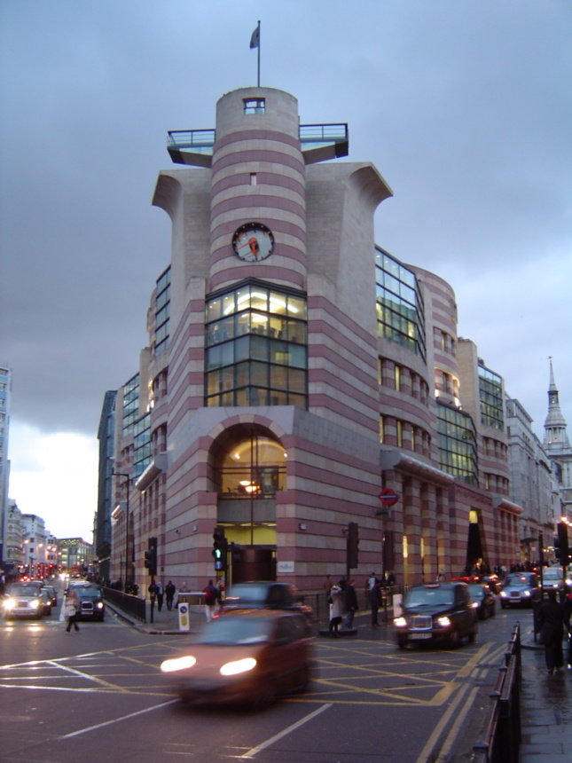 James Stirling's postmodernist No. 1 Poultry is a stark contrast in style to Mies' proposal. (Courtesy Gordon Joly via Wikipedia)
