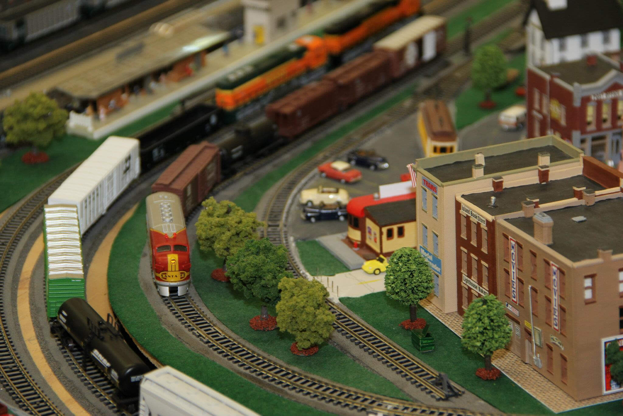 Peek inside a model of Gehry's extreme model railroad museum